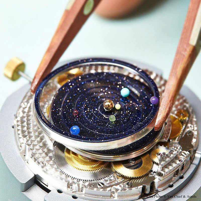 wristwatch-shows-solar-system-planets-orbiting-around-the-sun- alternopolis (2)