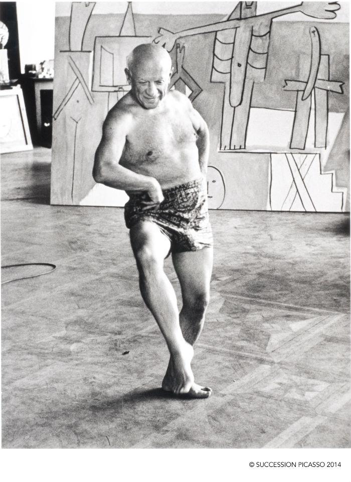 David Douglas Duncan Pablo Picasso bailando frente a Los bañistas en La Garoupe 1957