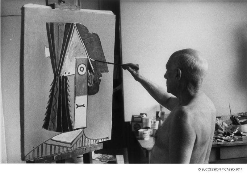 David Douglas Duncan Pablo Picasso de pie pintando La cabeza 1957