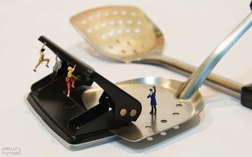 Miniature_People_Dealing_With_Everyday_Life_Objects_by_Thai_Designer_Poy_2015_01
